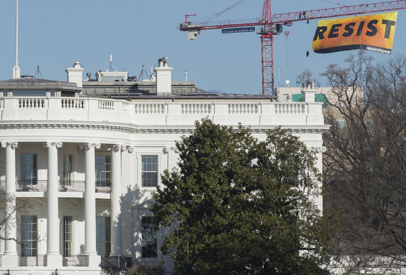 Activisten hangen groot spandoek boven het dak van het witte huis foto - Het huis van de cabriolet ...