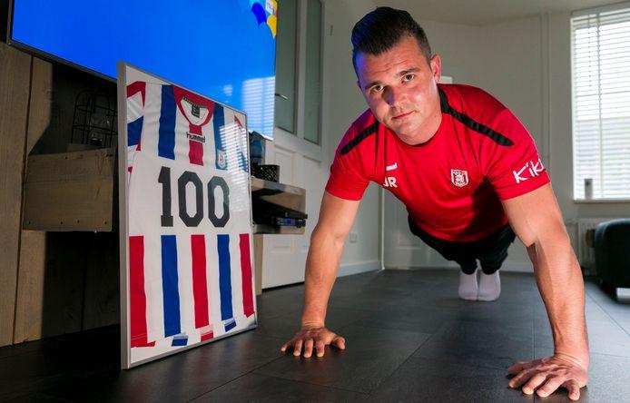Jordy Rosenbrand doet push-ups na het verlies van een challenge.