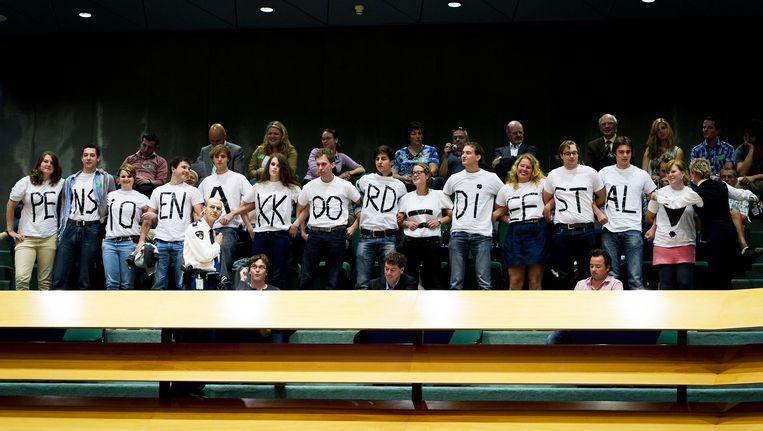 Jonge democraten en socialisten voerden actie op de publieke tribune tijdens het debat over het pensioenakoord. Beeld ANP