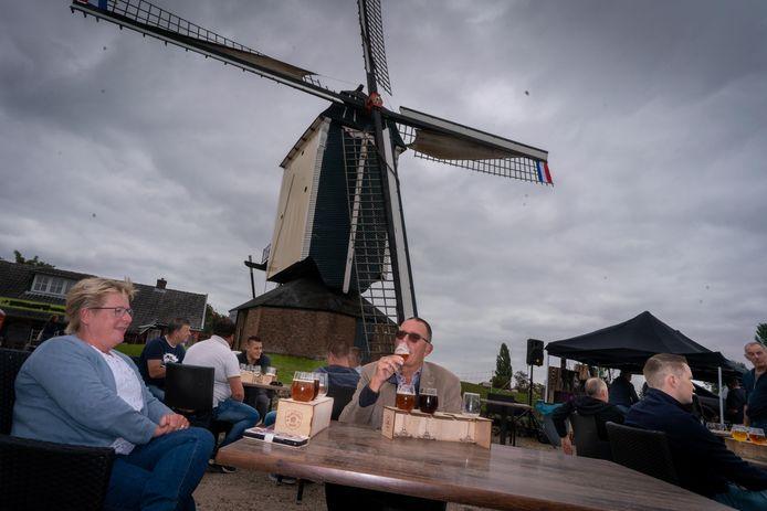 Molen De Vink in Herveld houdt een bierproeverij bij gelegenheid van Open Monumentendag. Het echtpaar Varkenvisser uit Katwijk laat zich het Hervelds bier goed smaken.