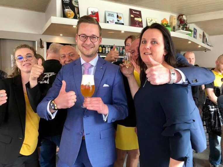 West-Vlaams Kamerkopman Wouter Vermeersch met een paljas biertje, samen met (rechts) Carmen Ryheul (vijfde plaats Vlaams parlement)