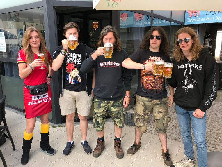 Diego, Youni, Vinnie en Lukas zaten 's ochtends al aan de halve liters bier.