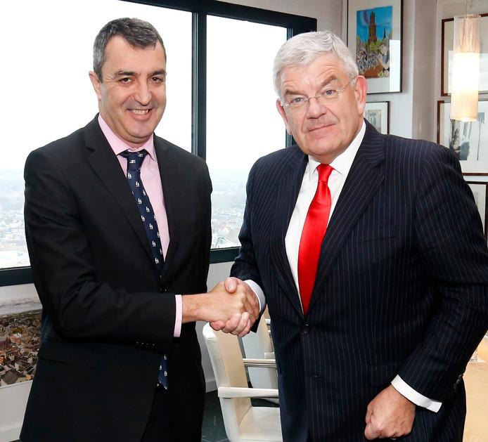 Vuelta-baas Javier Guillèn (l)  samen met de Utrechtse burgemeester Jan van Zanen