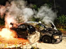 Mercedes vliegt tijdens het rijden in brand in Alphen