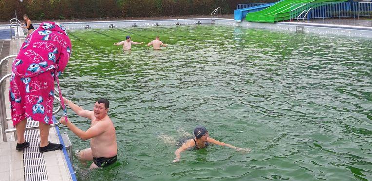 De Izegemse IJsberenclub maakte er zondag op zijn eerste duik van het nieuwe seizoen een vrolijke boel van.