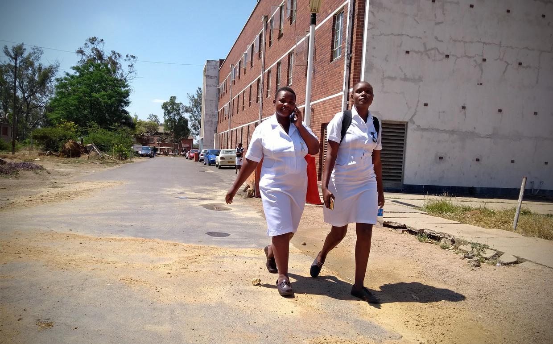 Verpleegsters lopen over het terrein van het Mpilo Central Hospital. Doktoren van Zimbabweaanse overheidsziekenhuizen zijn al 46 dagen in staking.