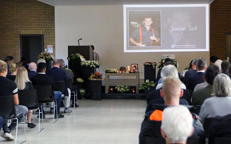 Tijdens de plechtigheid werden foto's en filmpjes van Joran getoond.