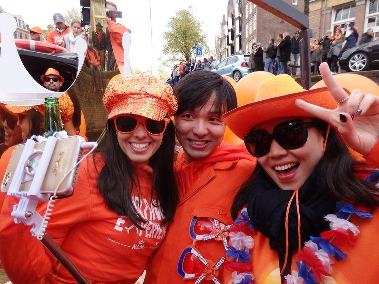 Raquel Casquilho (Rio), en Huang Huang en Zihou Ziao Rhan (vlnr) uit Peking, net als de selfiestick. Beeld Schuim