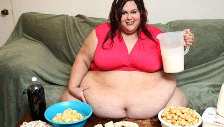 Monica eet zo'n 8.000 calorieën per dag om haar streefgewicht van 445 kilo te bereiken.