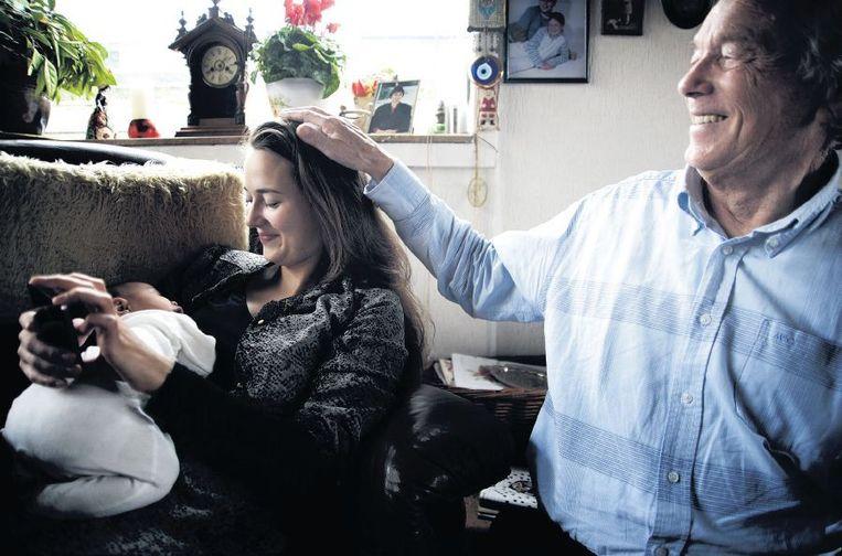 Siep Pietersma (rechts): 'Ik wil mijn nieuwe achterkleinzoon nog een keer in mijn armen houden.' Beeld Mona van den Berg