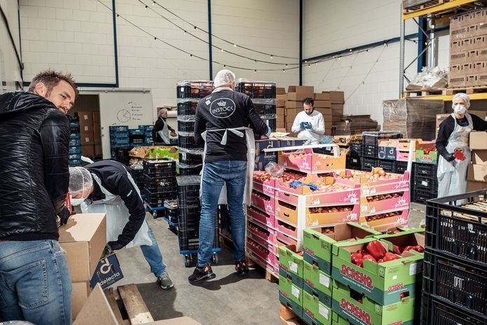 Samuel Levie (achteraan, in het wit), een van de initiatiefnemers van Support Your Locals: 'Het liefst zou ik iedere leverancier helpen, maar dan kan gewoonweg niet.'