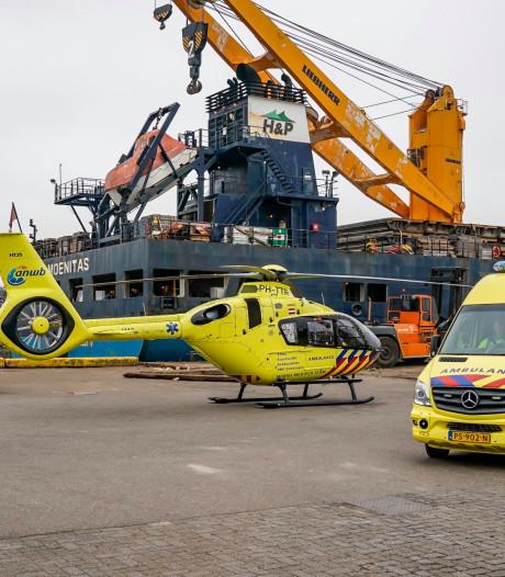 IJzeren buis valt op man in haven Moerdijk: slachtoffer zwaargewond