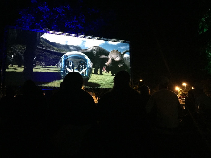 In het donker werd de film Jurassic World bekeken.