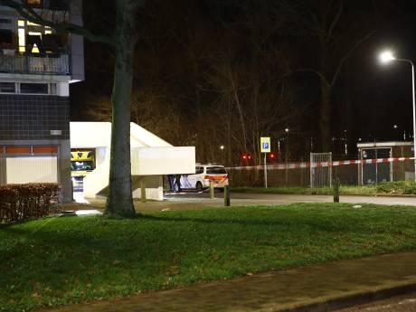 Groot gebied bij flat in Zwolle afgezet na melding mogelijke steekpartij