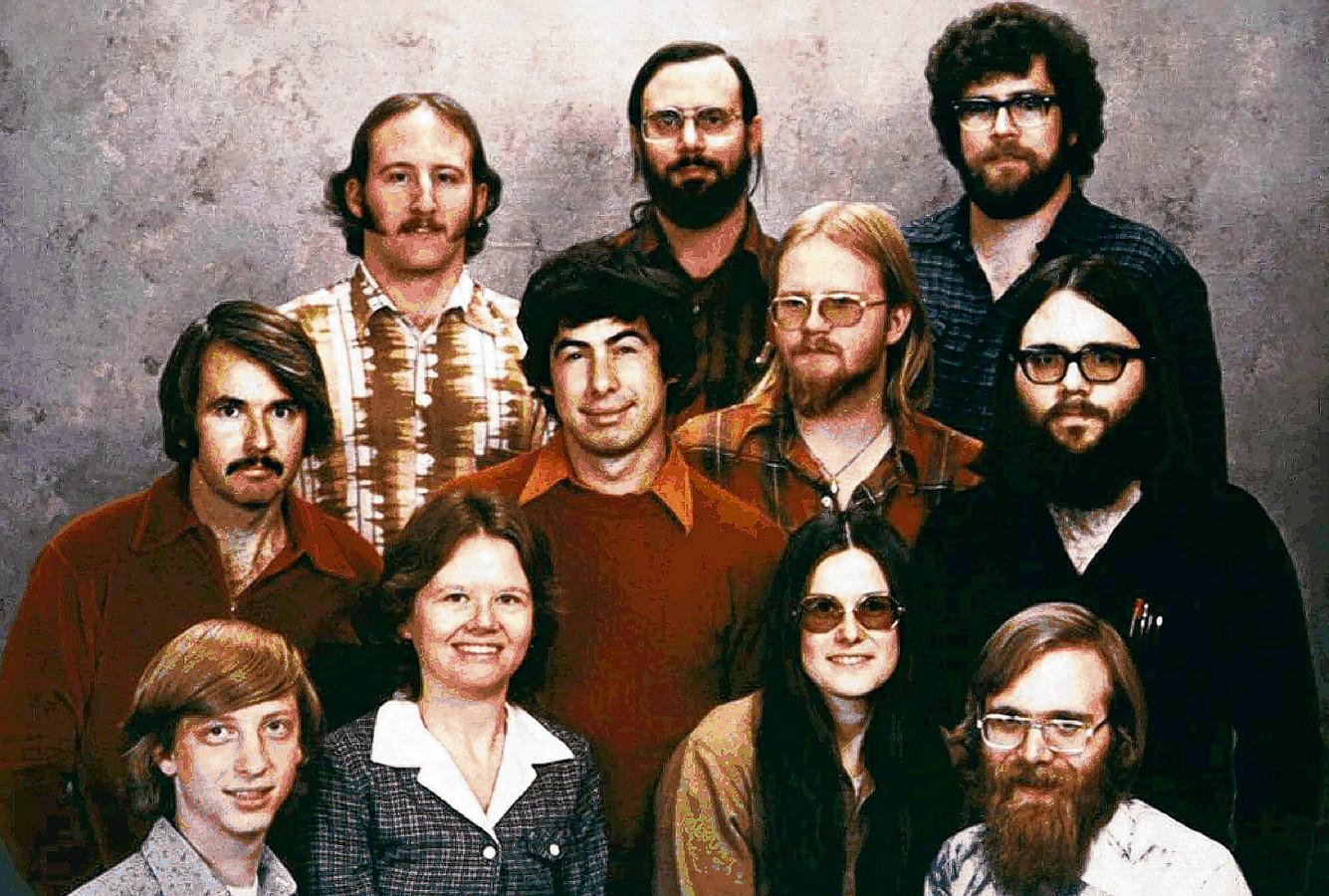 De 11 eerste medewerkers van Microsoft in 1978. Recht op de eerste rij co-oprichter Paul Allen, links compagnon Bill Gates