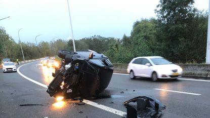 Wagen gaat overkop op Antwerpse Ring: gewonde bestuurster afgevoerd naar ziekenhuis