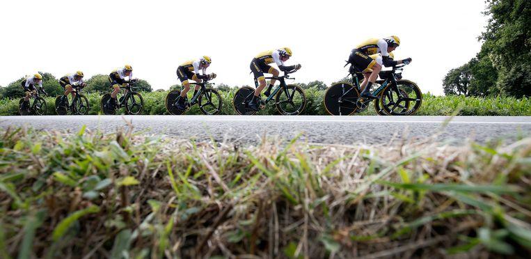 Renners van Lotto-Jumbo tijdens de ploegentijdrit. Beeld anp