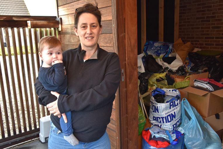 Sarah Verschelde -hier met dochtertje Merlijn- zoekt stockageruimte voor haar hulpgoederen