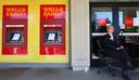 Een bankbediende bij Wells Fargo staat paraat om klanten te woord te staan.