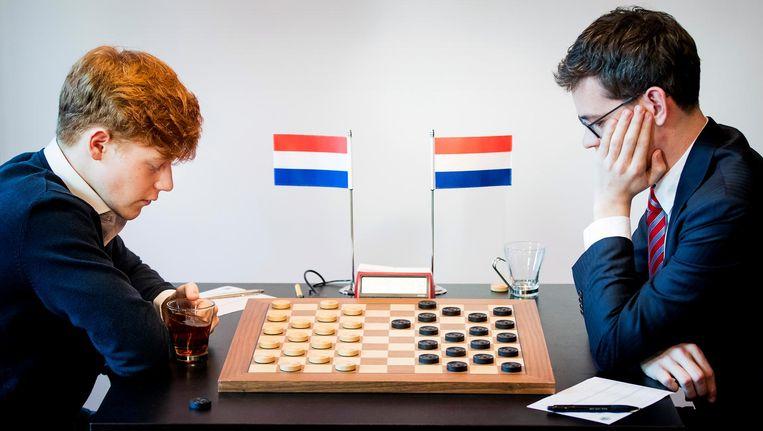 Jan Groenendijk (L) en Roel Boomstra aan zet tijdens de wereldtitelstrijd Dammen in Groningen Beeld anp