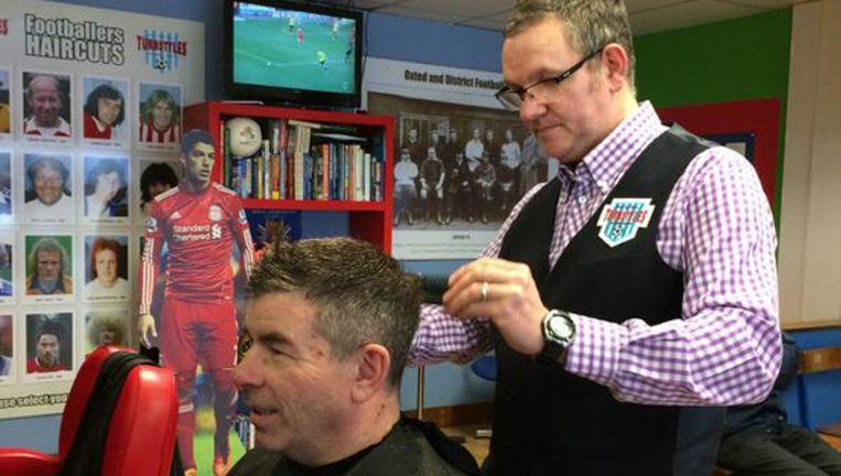 Kapper Roy Albeurry (r) solliciteerde de afgelopen 15 jaar al bij 100 voetbalclubs.