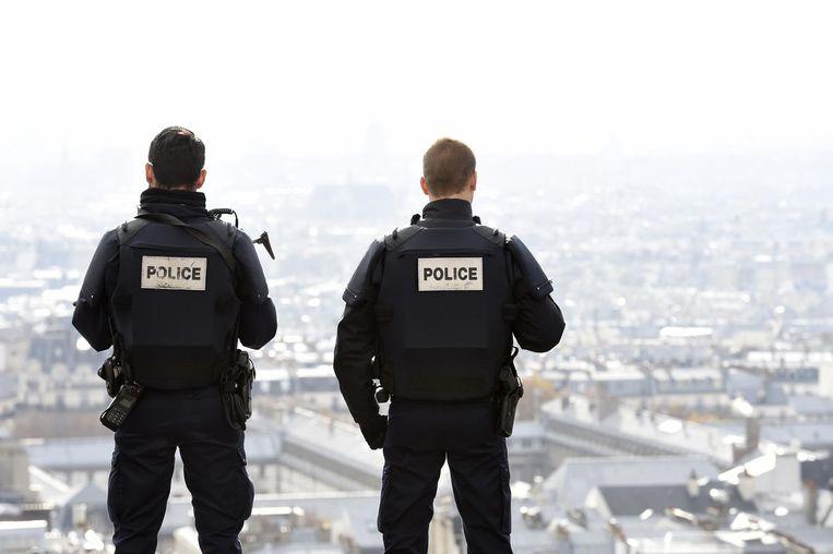 Politieagenten patrouilleren in Parijs. Beeld null