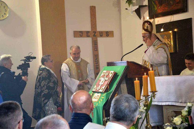 Deken Van Meerbergen (midden) woonde de inwijding bij in Polen.