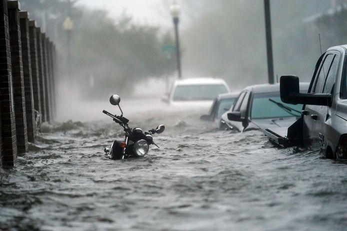 Het water loopt door de straten in Pensacola.