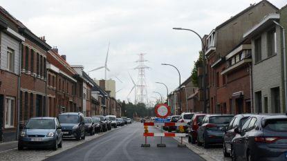Slagboom in Fabriekstraat voor lijnbussen tijdens laatste fase van heraanleg