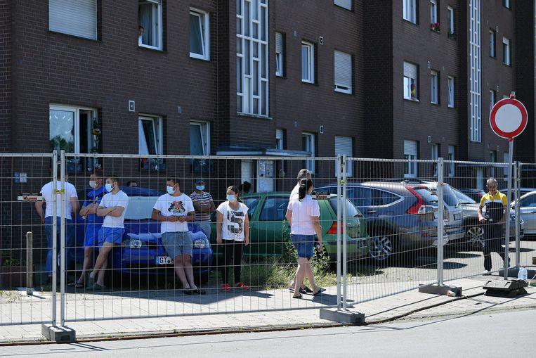 Medewerkers van de vleesfabriek in quarantaine aan hun appartementen.