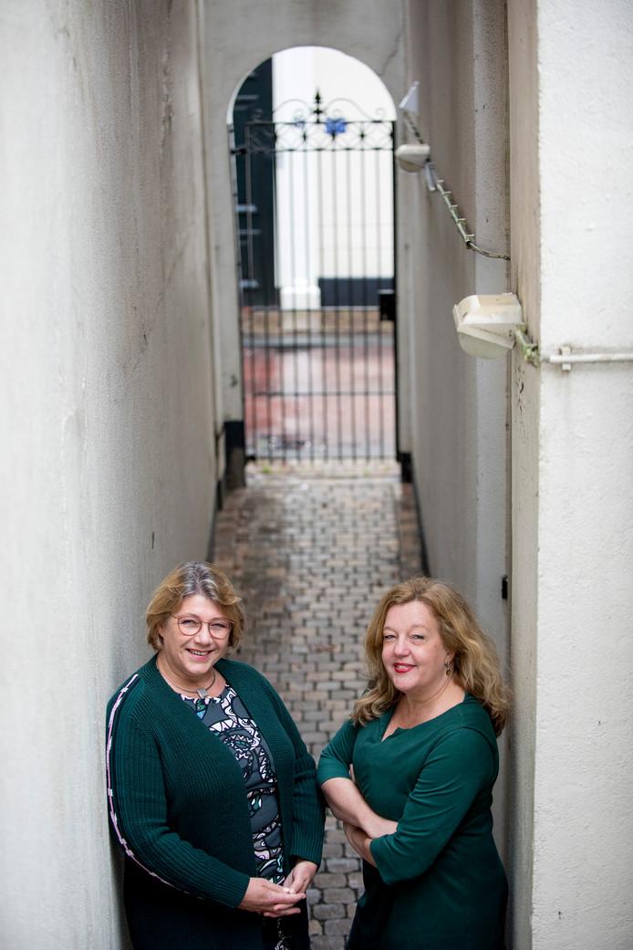 Marijke Kolk (r) en Margriet Wentink brengen dankzij crowdfunding hun boek Blootgelegd uit.