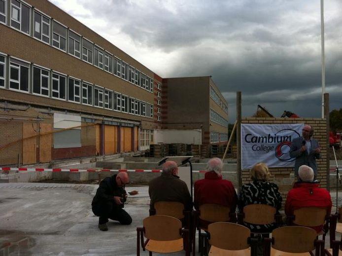 De eerste steen van de nieuwbouw van het Cambium College aan de Courtine kon net voor een forse regenbui worden gelegd.. foto Tim Durlinger/BD