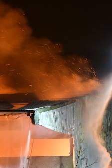 Zeer grote brand verwoest landbouwschuur vol hooi in  Philippine, blussen duurt mogelijk nog dagen