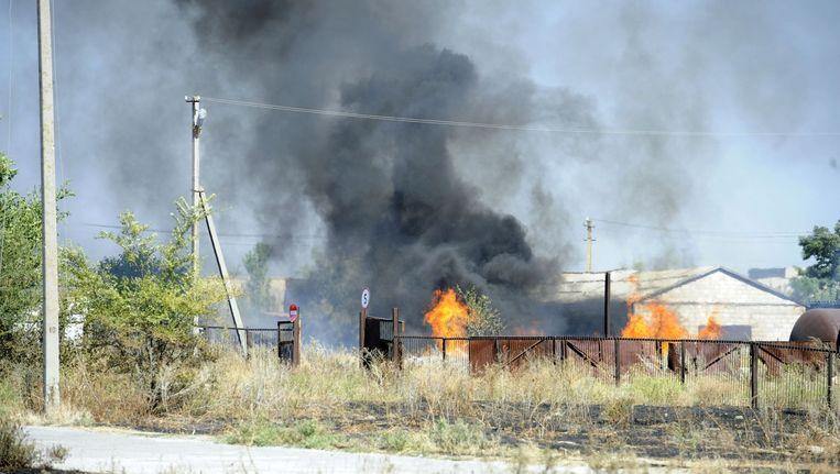 Bij het grensplaatsje Novoazovsk staan schuren in brand na beschietingen tussen Oekraïense en Russische troepen. Beeld afp