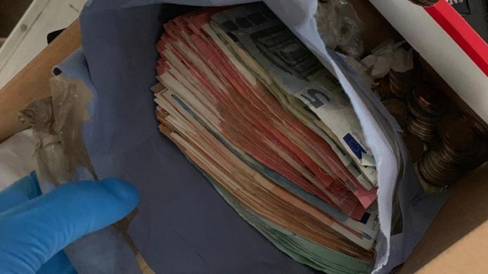 Een deel van het gevonden geld in het huis van de verdachte.