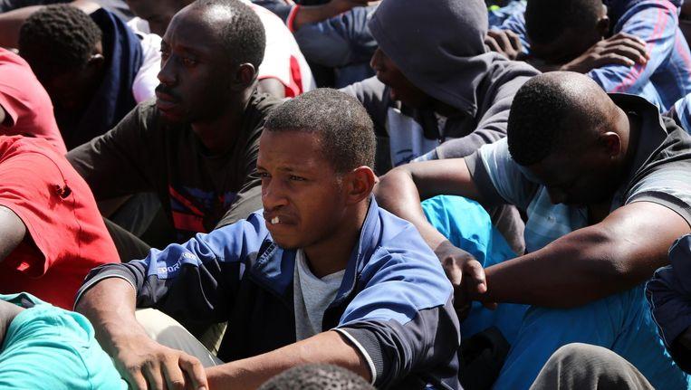Migranten die zijn gered door de Libische kustwacht op een marinebasis in Tripoli. Beeld afp