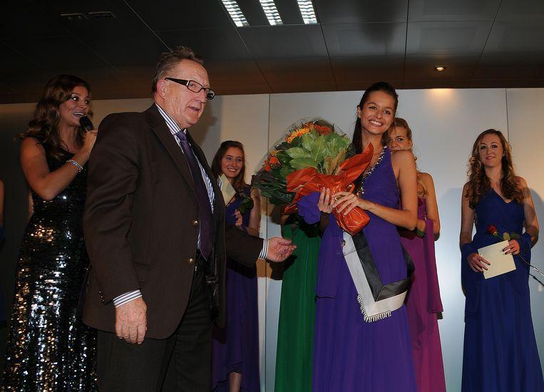 Gilbert Cattrysse, voorzitter van het Jaarbeurscomité, kroont Marilyn Billiet tot Mannequin 2012. Ook presentatrice Véronique De Kock (links) startte haar carrière ooit op de Jaarbeurs.
