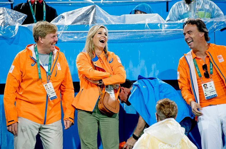 Camiel Eurlings langs de lijn met koning Willem-Alexander en koningin Maxima tijdens de Spelen in Rio de Janeiro. Beeld null