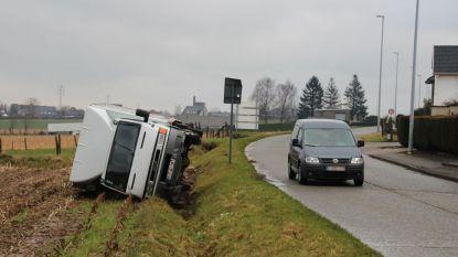 Vrachtwagen in gracht op omleidingstraject