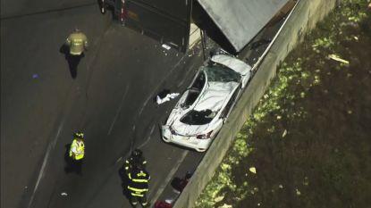 Vrachtwagen kantelt, maar inzittenden komen als bij wonder levend uit platte auto