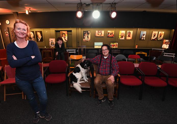 Carole Hoedemaker, echtgenoot Paul Biemans en zoon Luc in vestzaktheater 't Koetshuys, dat dit weekeinde van start gaat.