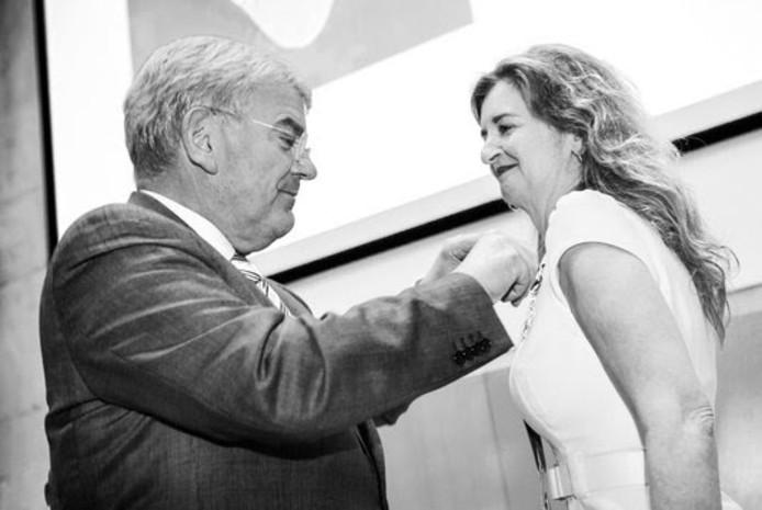 Burgemeester Jan van Zanen riddert Marieke Schuurmans.