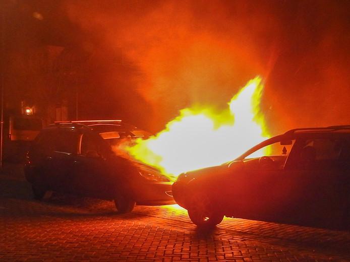 Twee auto's zijn uitgebrand in Gemert.