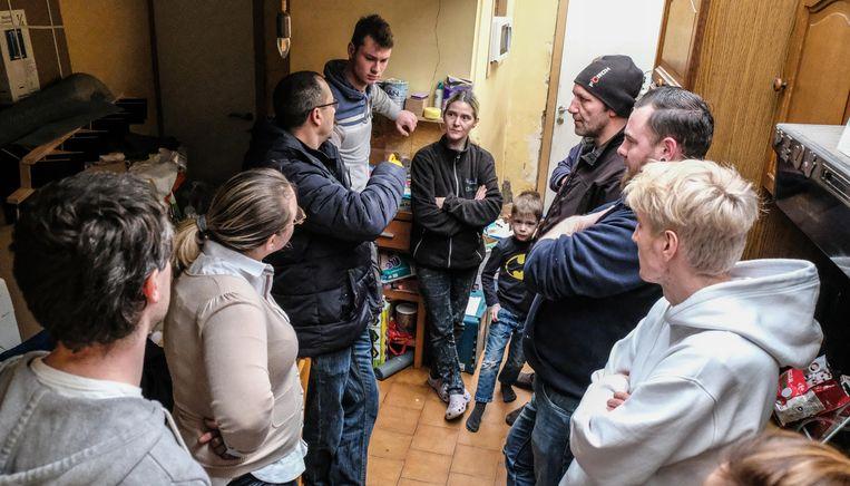 5 bouwvakkers uit onze regio en één uit het verdere Mechelen zijn dit weekend langs geweest om te bekijken hoe ze er samen kunnen voor zorgen dat het gezin opnieuw een échte badkamer heeft.