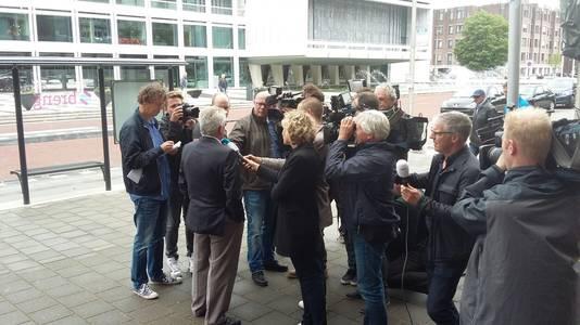 Peter Wiegmink wordt geïnterviewd na de uitspraak in Arnhem.