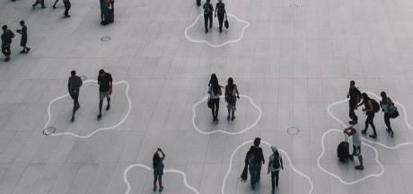 Kunstenaar Jólan van der Wiel uit Zutphen maakt met lasers social distancing leuker en makkelijker