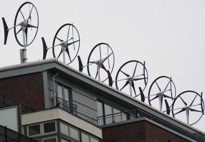Mini-windturbines op het dak van een bedrijfspand.