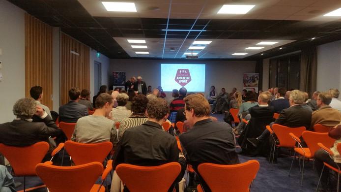 De zaal van het KNVB-sportcentrum waar de verkiezing gehouden wordt. De spanning neemt toe.....