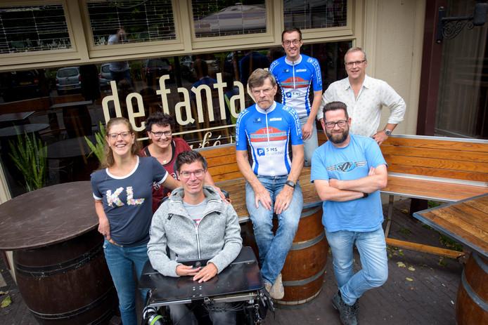 Bart van Riet met enkele organisatoren van het benefietfestival voor Duchenne Heroes.