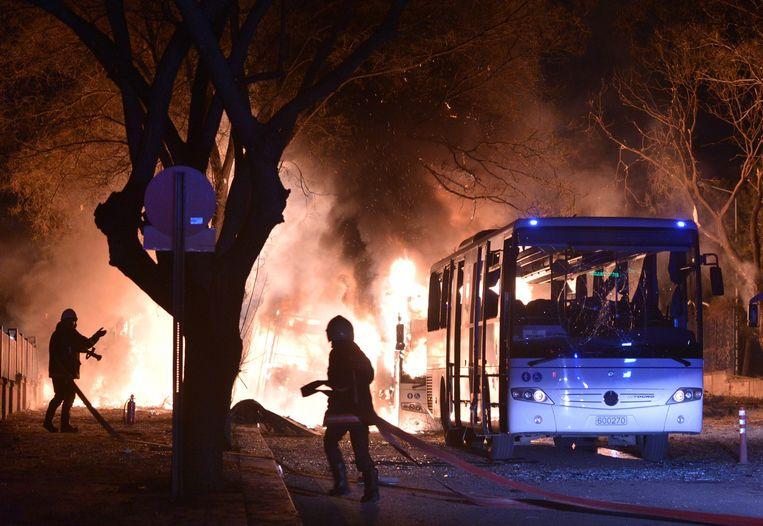 Brandweerlieden in Ankara proberen de vlammen op de plaats van ontploffing te blussen. Beeld epa